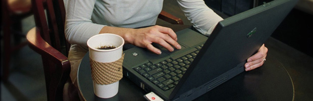 Mujer en computador