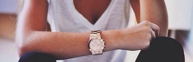 mujer-con-reloj