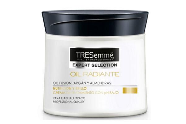Crema de tratamiento Oil Radiante de Tresemmé nutre el cabello y le da brillo.