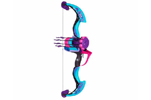 El arco Rebelle Arrow Revolution Bow de Nerf permite 6 disparos, con alcance de 20 metros, sin tener que recargar, pues las flechas se colocan solas en el área de lanzamiento.
