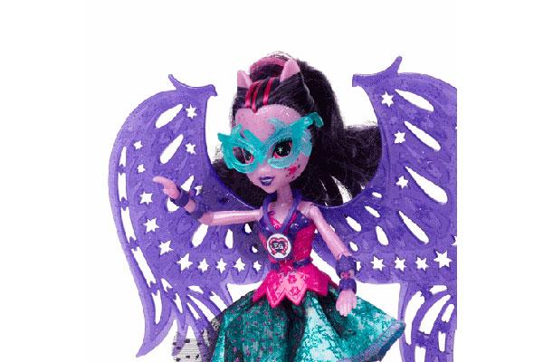 Las muñecas Equestria Girls  inspiradas en la recién lanzada película Friendship Games, es un regalo perfecto para las niñas más grandes. Entre ellas, destaca Midnight Sparkle, que trae a la hermosa muñeca de Twilight Sparkle con un atuendo cargado de estilo para ganar cualquier desafío que deba enfrentar.