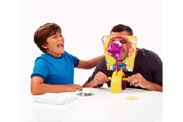 Pastelazo de Hasbro es otro juego para disfrutar en familia. Sólo hay que poner la cara en posición, girar las manillas y cruzar los dedos, pues en cualquier momento una divertida sorpresa puede llegar.