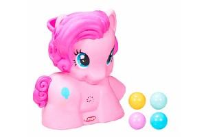 Pinkie Pie Lanzabolitas de Playskool está pensado para estimular el juego activo y la coordinación. Al presionar la cola del pony se inicia la música y pelotitas de colores salen disparadas en todas direcciones.