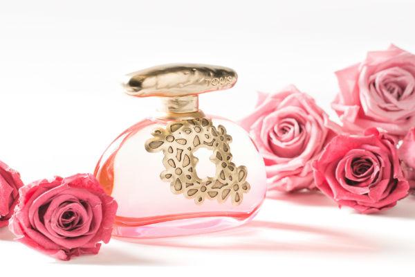 Tous Floral Touch es una fragancia con salida cítrica gracias a la mandarina y la bergamota, completada con un toque de hojas  de violeta.