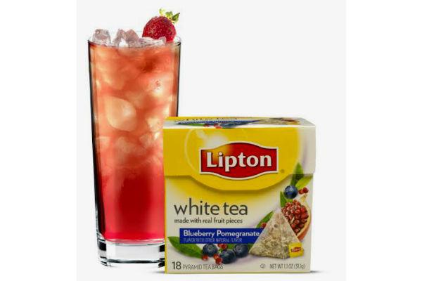 Granada Rasp: 2 bolsitas Pyramids White Tea Blueberry Pomegranate, 60 cc de vodka sabor raspberry, 30 cc de goma,  30 cc de jugo de frutilla en conserva (almíbar), 1 frutilla en conserva y hielo.Gentileza Lipton tea.