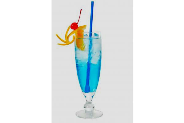 Bue Hawaii: 6 hielos, 1 shot de ron blanco, 15 ml de Blue Curaçao, jugo de medio limón, 2 shot de jugo de piña natural o light.