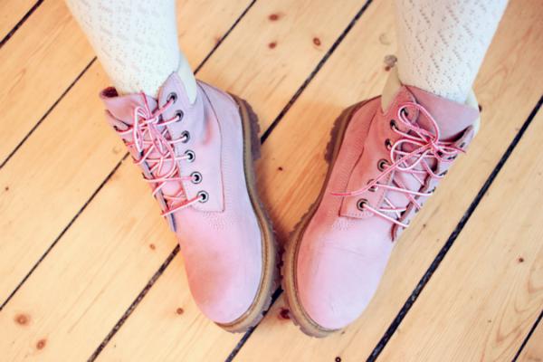 Timberland se la juega con uno de los colores del año en sus bototos: el Rosa Cuarzo.