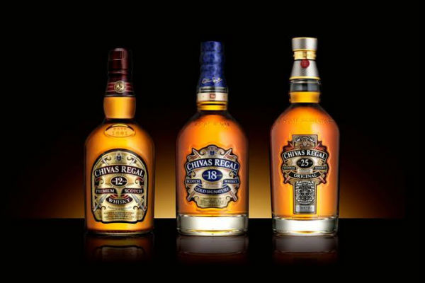 Siempre es bueno un buen whisky. Por eso Chivas Regal es un regalo inolvidable para el progenitor que sabe lo que es bueno. Elige entre sus variedades de 12, 18 o 25 años.