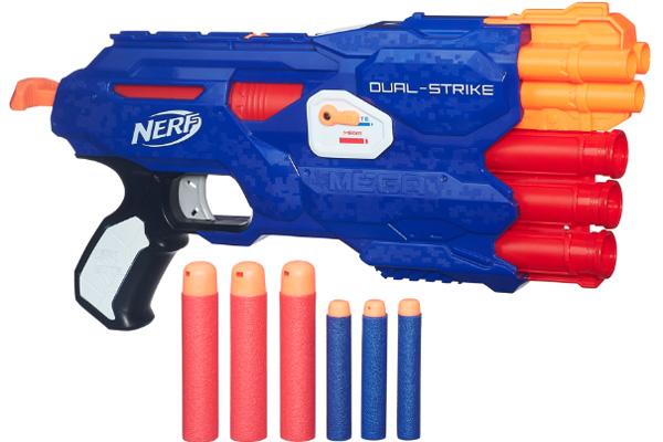 Nerf Dual Strike, un lanzador dos en uno, que invita a tu hijo a vivir la experiencia de la precisión y del poder lanzando dardos Elite y Mega.