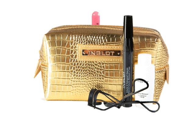 Este kit Inglot trae una encrespador, máscara vwaterproof,  desmaquillante, cosmetiquero de regalo.
