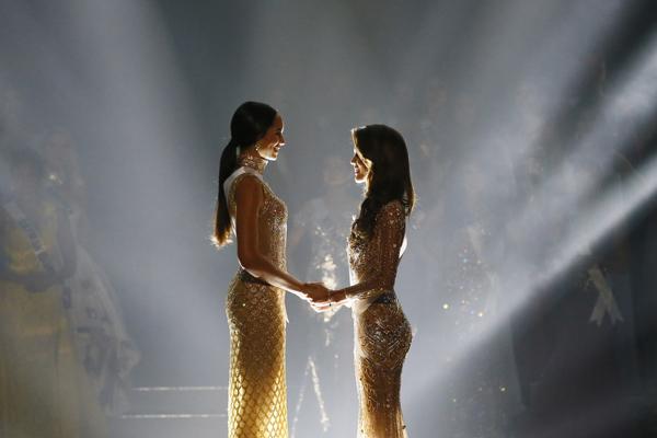 Miss Haití y Miss Francia esperando el resultado.