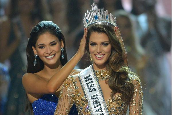 Iris Mittenaere recibiendo la corona de su antecesora, la filipina Pia Wurtzbach.