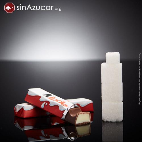 Dos barritas de Kinder chocolate contienen 13,4g de azúcares, equivalente a 3,35 terrones.