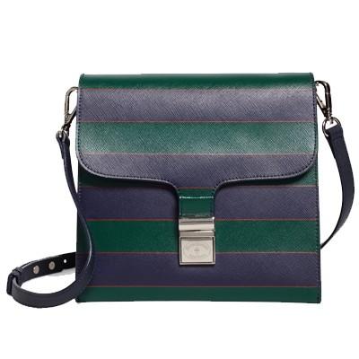 Esta cartera de correa ajustable está hecha de cuero, y su broche de plata. Tiene dos bolsillos y otro de compartimiento, para así poder organizar de una mejor manera las cosas que llevas dentro. La encuentras en Brooks Brothers.