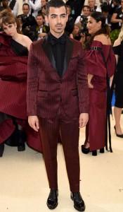Joe Jonas vistió un traje ajustado en un intenso color rojo confeccionado en satén de seda doble con rayas y solapas negras, también de H&M