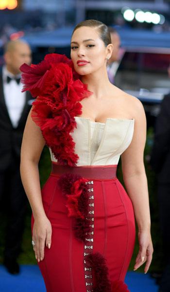 Ashley Graham vistió un vestido de H&M con corsé inspirado en el interés de Kawakubo por revelar el funcionamiento interno de las prendas