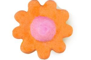 Esta bomba de baño de Lush, libera poco a poco maravillosos aceites esenciales (calmante palo de rosa, delicada rosa y alegre aceite de naranja) para una fragancia tan soleada como una tarde de domingo perfecta.