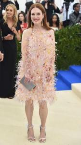 Julianne Moore, eterna en este Calvin Klein By Appointment de organza, bordado con cuentas translúcidas