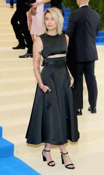 Paris Jackson usó un vestido de satín Calvin Klein By Appointment color negro, con corpiño entallado, corte trasversal y detalle de correa de satín en la cintura