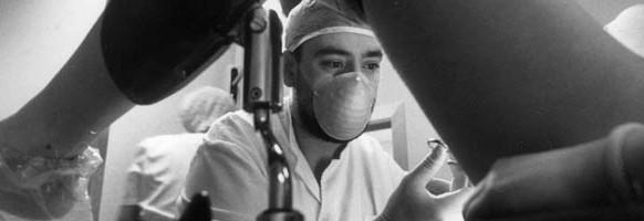 VACUNA CONTRA EL VIRUS DEL PAPILOMA       SILVIA T. COLMENERO  Una joven se somete a una exploración ginecológica.