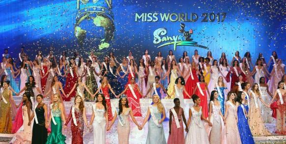 FUZ02. Sanya (China), 18/11/2017.- Manushi Chhillar (C-front) of India, the new Miss World celebrates with other contestants the conclusion of the Miss World 2017 in Sanya, Hainan province, China, 18 November 2017. EFE/EPA/YE JUN CHINA OUT CHINA MISS WORLD 2017