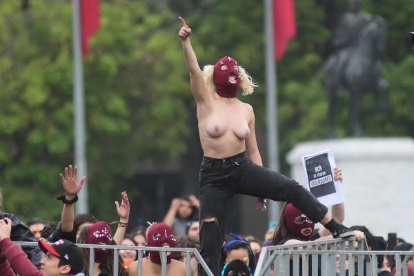16 de mayo de 2018/SANTIAGO Mujeres estudiantes en toples, protestan frente al Palacio de la Moneda, en el marco de la marcha convocada por la confech Contra la violencia machista, educación no sexista. FOTO: SEBASTIAN BELTRÁN GAETE/AGENCIAUNO