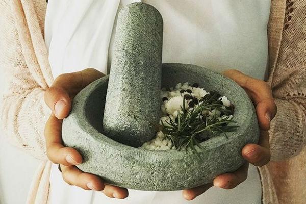 DECO: Los productos de Kumen promueven nuestra identidad. Por eso, tu mamá podría tener un mortero para su cocina tan lindo como éste, hecho con piedra de río. Si quieres más info, puedes seguirlos en @kumen.chile.