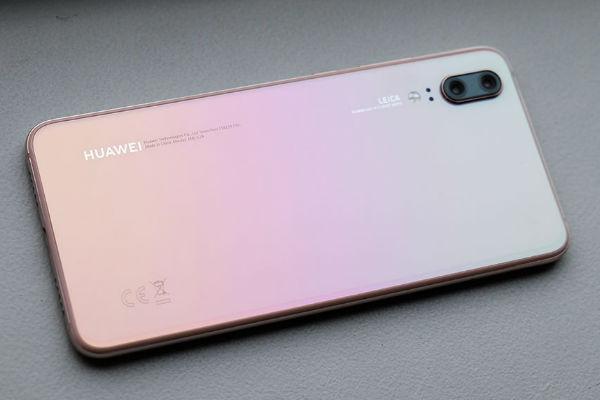 TECH: No es sólo un celular, es todo un objeto de deseo. El nuevo Huawei P20 no sólo nos deslumbra por su tecnología fotográfica profesional, sino también por un deiseño único, que pone en el mercado un artículo como el Pink Gold, la versión rosada de un smartphone que vas a querer que tu mamá, y tú tengan.