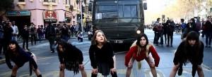 """Marcha feminista por una educación no sexista convocada por la Coordinadora Feminista Universitaria y la Confech, bajo la consigna """"Precarización vivimos todas: a la calle estudiantes, migrantes, madres y trabajadoras""""."""