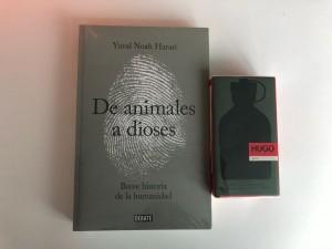 Un buen libro y  un perfume Hugo Boss, ambos de Linio.cl,  sorprenderá a tu progenitor.