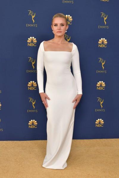 La actriz Kristen Bell se lució en un vestido de Solace London