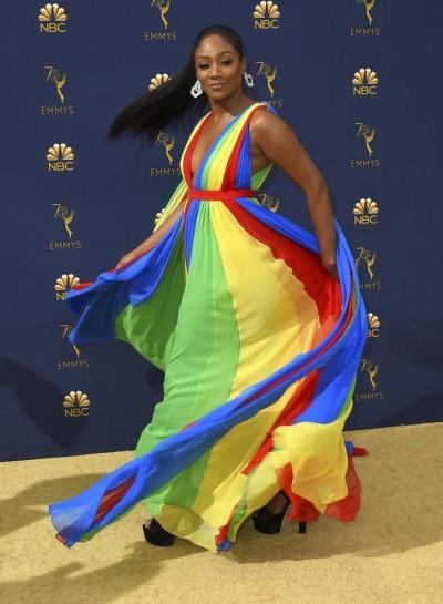 Tiffany Haddish brilló en un colorido vestido de Prabal Gurung.