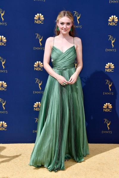 Dakota Fanning con un vestido verde esmeralda de Dior