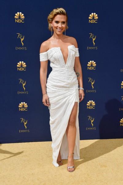 Scarlett Johansson en un vestido blanco de Balmain