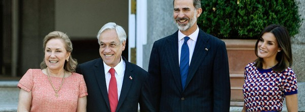 """Chile's president Sebastian Pinera (2L) poses with his wife Cecilia Morel (L) and Spanish monarchs Felipe VI (2R) and Letizia at La Zarzuela palace in Madrid on October 9, 2018. Chilean president Sebastian Pinera praised today the economic program of Brazil's presidential election favorite, Jair Bolsonaro, adding, however, that the far-right candidate was generating """"great uncertainty"""". / AFP / OSCAR DEL POZO   SPAIN-CHILE-DIPLOMACY-ROYALS"""