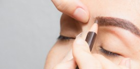 mujer-asia-que-aplica-maquillaje-permanente-tatuaje-cejas_38038-8