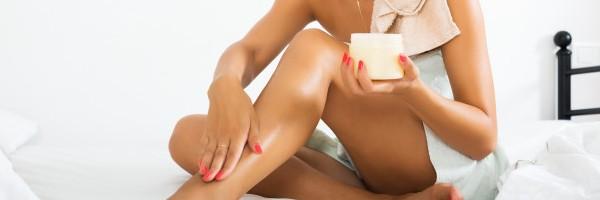 mujer-rubia-usando-crema-cosmetica_1398-5261