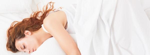 nina-bonita-camisa-durmiendo-almohada-blanca-cama-casa_1398-3933