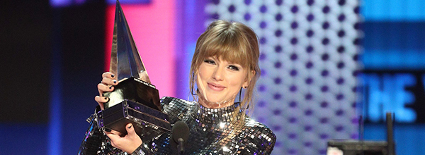 LOS ANGELES, CA - OCTOBER 09: Taylor Swift accepts the Artist of the Year award onstage during the 2018 American Music Awards at Microsoft Theater on October 9, 2018 in Los Angeles, California.   Frederick M. Brown/Getty Images/AFP  == FOR NEWSPAPERS, INTERNET, TELCOS & TELEVISION USE ONLY ==   US-2018-AMERICAN-MUSIC-AWARDS---FIXED-SHOW