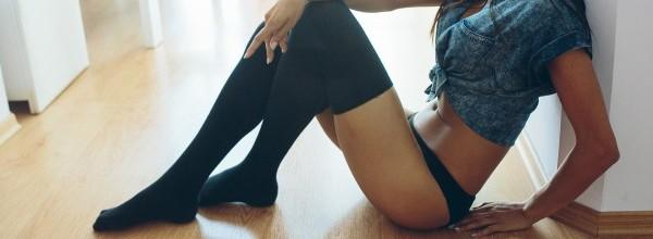 adolescente-sexy-medias-negras_1153-670