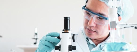 cientificos-trabajando-laboratorio_44621-313