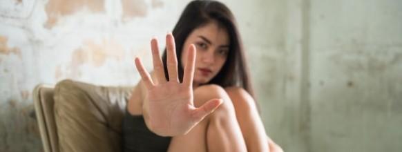 cierrese-encima-mano-joven-prostituta-proteja-hombre-comprador-tener-sexo-o-violacion_33842-1034