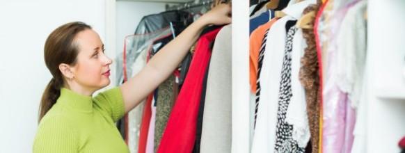 mujer-arreglando-ropa-armario_1398-5809