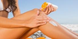 primer-plano-mujer-joven-atractiva-aplicar-crema-sol_13339-5498