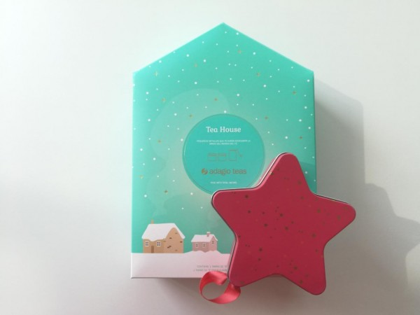 Adagio Teas tiene esta linda cajita navideña que incluye un pequeño tarro de Verde Frambuesa y Masala Chai, además de 20 filtros de papel para facilitar la preparación del té. La estrella navideña contiene 10 teabags de Verde Frambuesa.