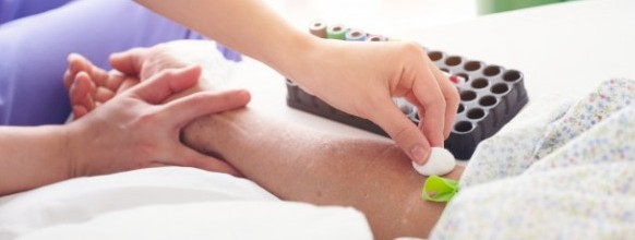 enfermera-que-prepara-al-paciente-hacer-analisis-sangre-dispositivo-visor-venas_28914-868