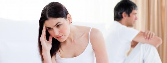 enojado-pareja-teniendo-discusion-sentado-cama_13339-70165