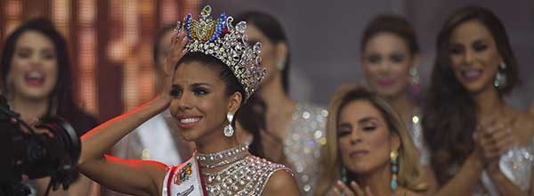 Isabella Rodriguez (L) representative of the Portuguesa state is crowned as the new Miss Venezuela during the Miss Venezuela beauty pageant in Caracas, Venezuela on December 13, 2018.  Twenty-four contestants from all Venezuelan states participate in the contest. / AFP / YURI CORTEZ   VENEZUELA-BEAUTY-CONTEST