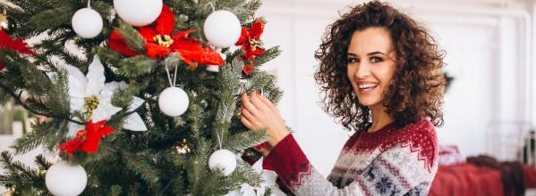 mujer-decorar-arbol-navidad_1303-11323