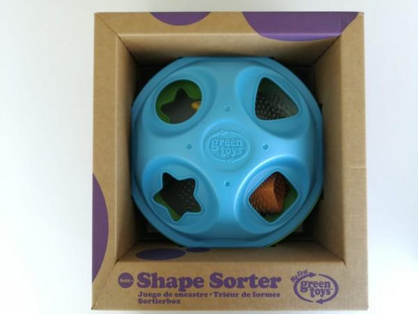 El juego de encaje Green Toys, que encuentras en BebéUrbano.cl,  es fabricados en USA a base de 100% plástico reciclado. Las tintas ocupadas para los colores son a base de soya. El plástico se obtiene en un proceso de reciclado de botellas de leche.